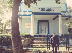 Penulis saat berdiri di depan gerbang bekas Loji. Sumber: dokumen pribadi